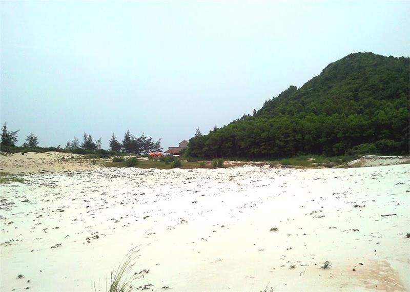 White sand dunes in Quan Lan Island