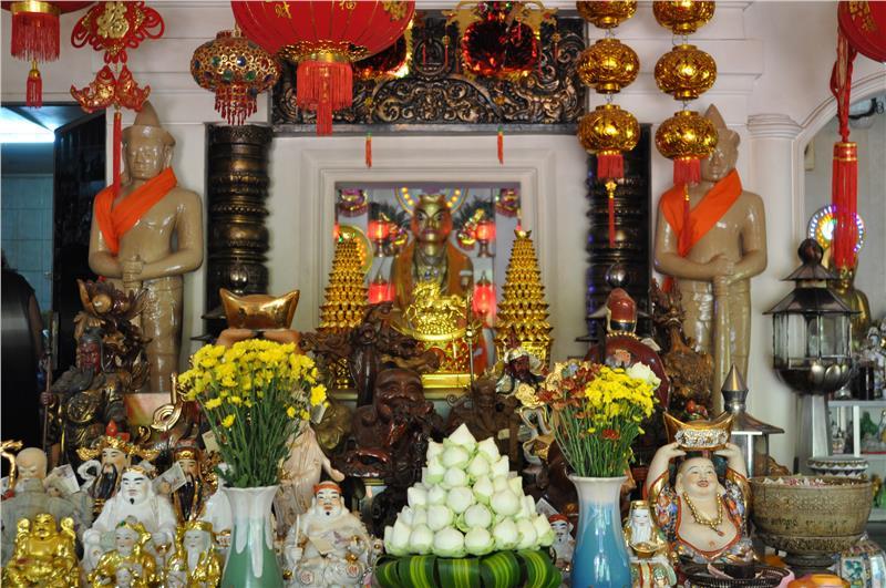 Wat Phnom- complete prayer paraphernalia
