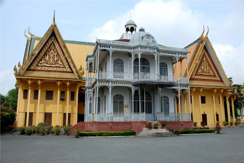 Interesting Indochina tours with Cambodia royal palace