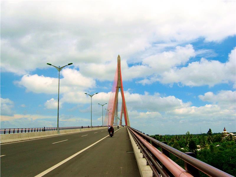 Can Tho Bridge on Vinh Long side