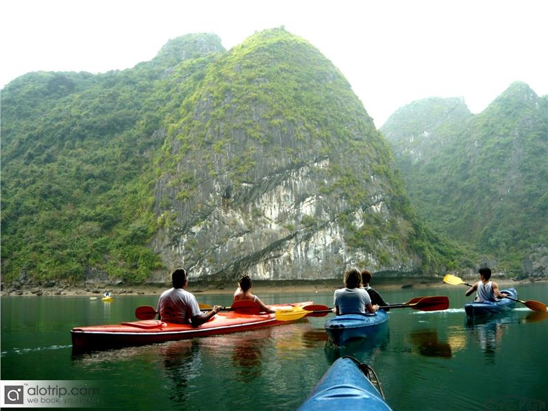 Kayak in Lan Ha Bay