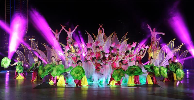 Huong Sen Hon Viet Music Performance in Da Nang Fireworks Festival