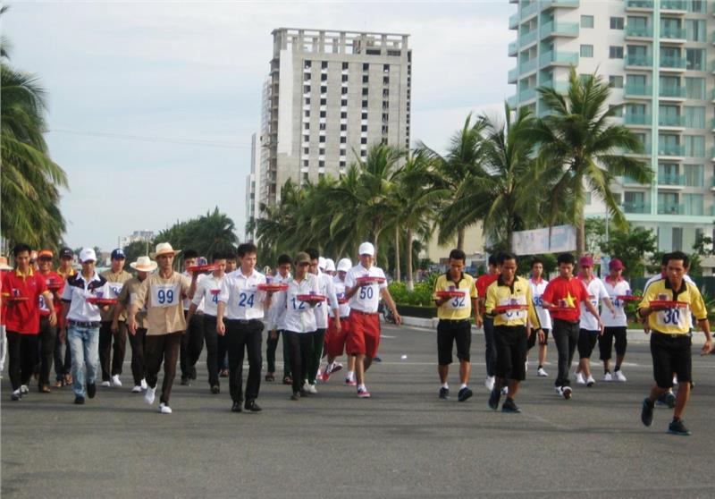 People take part in running contest