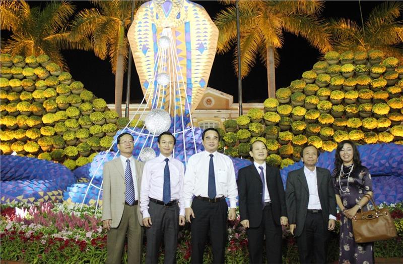 Da Nang leaders took a photo in the flower street