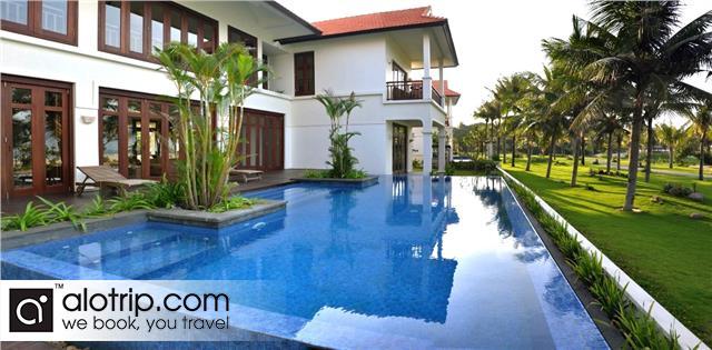Swimming Pool next Villa