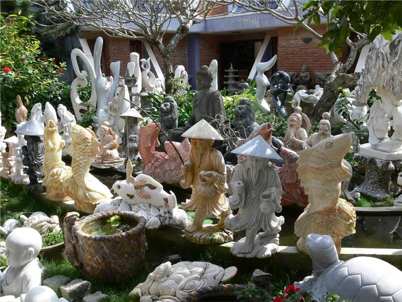 Products in Non Nuoc stone carving village