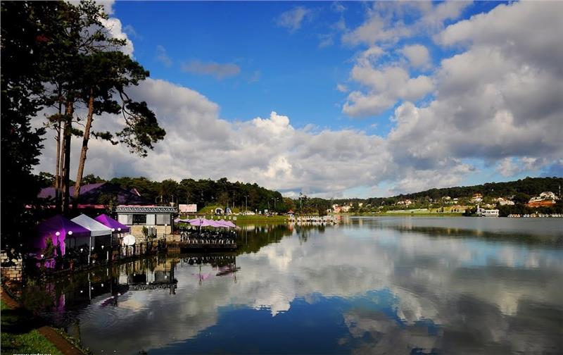 Stunning view of Xuan Huong Lake