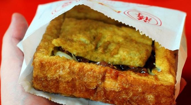 Món bánh mì quan tài nổi tiếng ở chợ Hoa Đài Nam