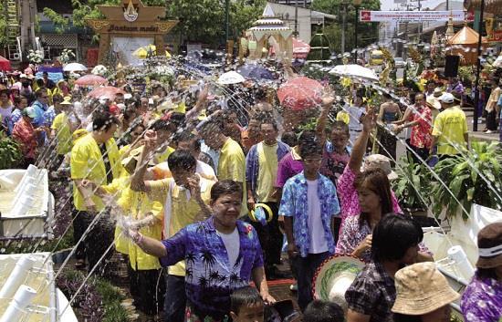 Người dân Khon Kaen tham gia vào lễ hội té nước truyền thống