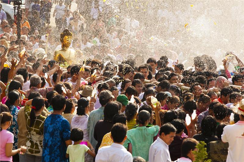 Người dân rước Phật trong ngày lễ Songkran