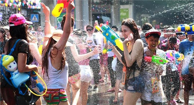 Du khách vui vẻ hòa mình trong không khí vui vẻ của lễ hội
