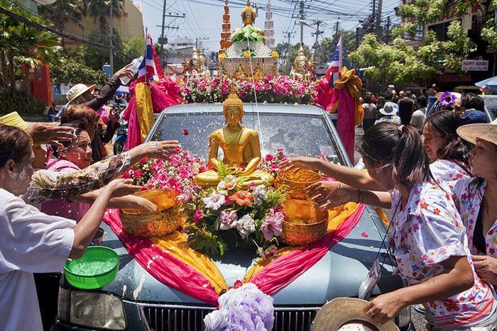Người dân Pattaya tham gia vào lễ hội té nước truyền thống