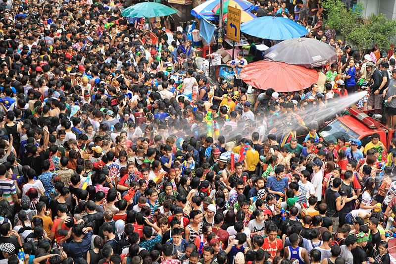 Người dân Bangkok tham gia vào lễ hội té nước truyền thống