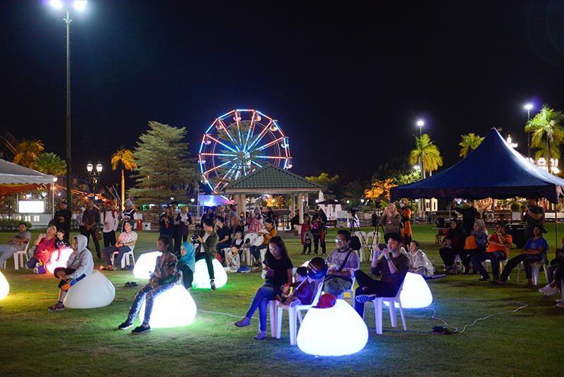 Cuộc sống về đêm ở công viên Jerudong