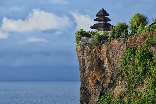 Ngôi đền Uluwatu đẹp chênh vênh trên mỏm đá
