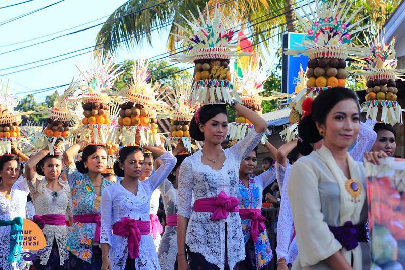 Người dân tham gia vào lễ hội Saraswasti