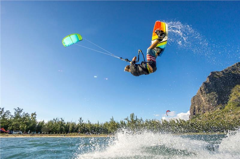Lướt sóng dù cũng là bộ môn thể thao được yêu thích ở Boracay