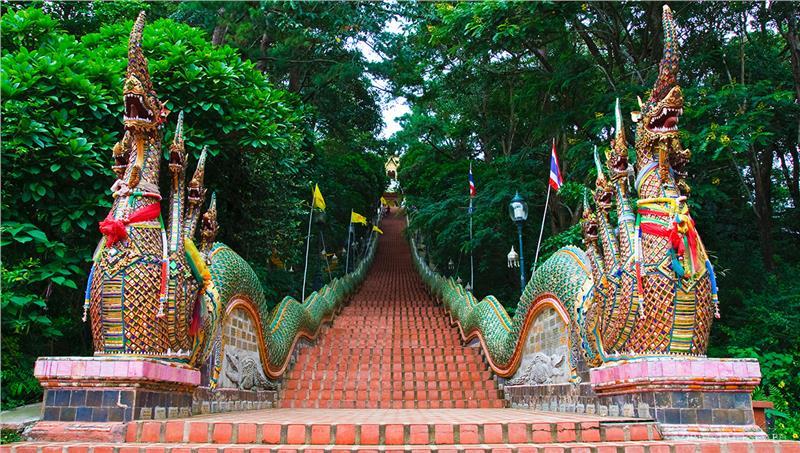 Vượt qua 360 bậc tam cấp là du khách có thể lên đến chùa Wat Phra That Doi Suthep