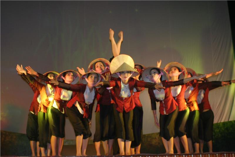 Vi Dam singing performance