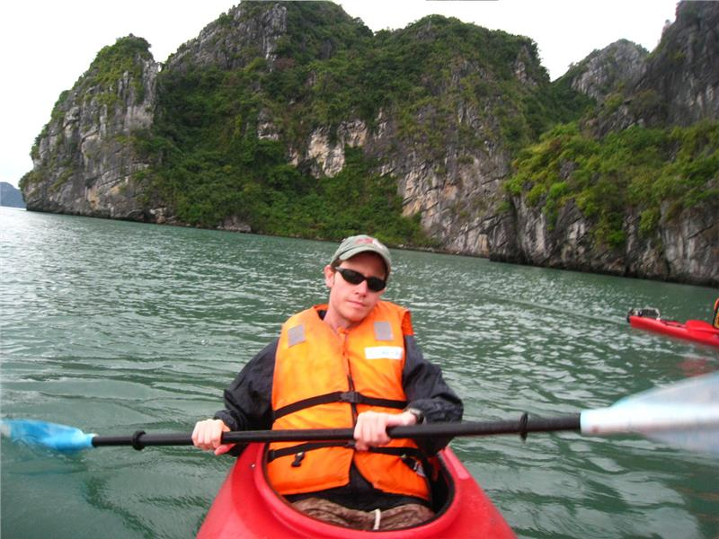 Kayaking in Halong Bay explores Luon Cave