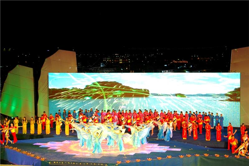 Actors and Actresses perfoming in Halong Carnival