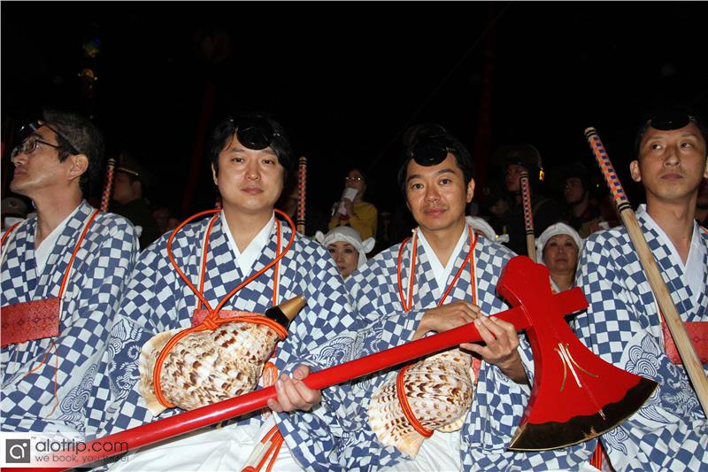 Artists perform in Halong Cherry Blossom Festival