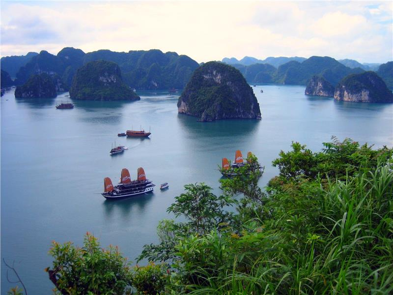 Halong Bay travel to beautiful islands