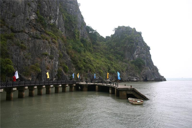 Path into Dau Go Cave