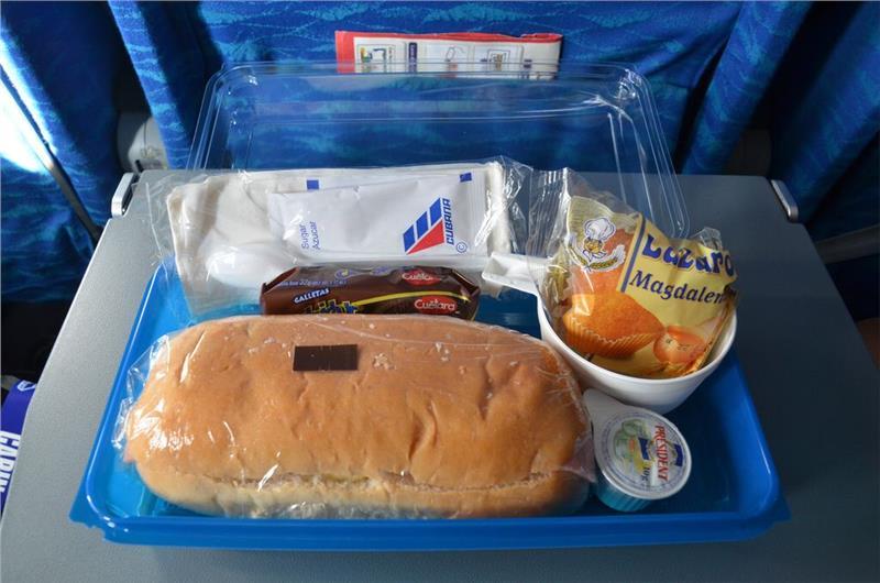 Một suất ăn trên máy bay của hãng Cubana Airlines
