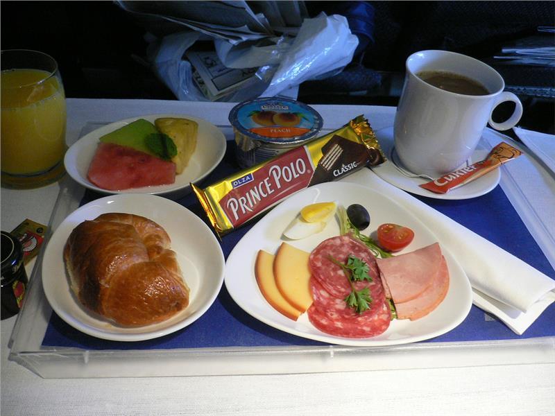 Một suất ăn nhẹ miễn phí trên máy bay của hãng hàng không LOT Polish Airlines