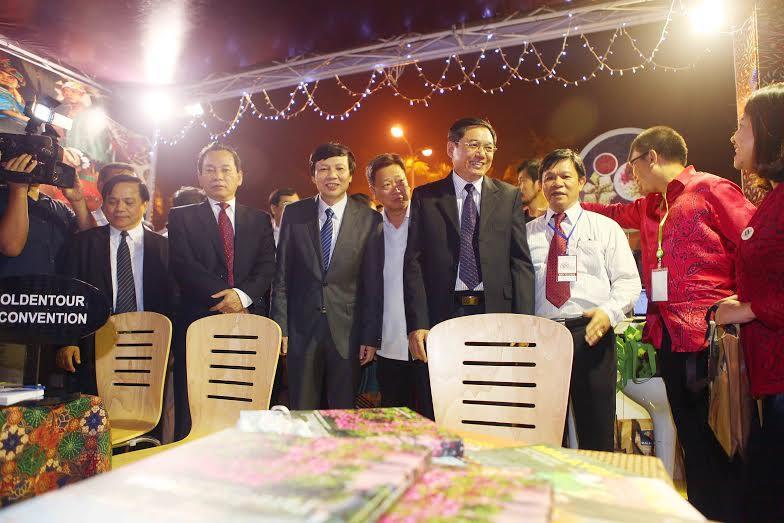Leaders of Hanoi visit the festival
