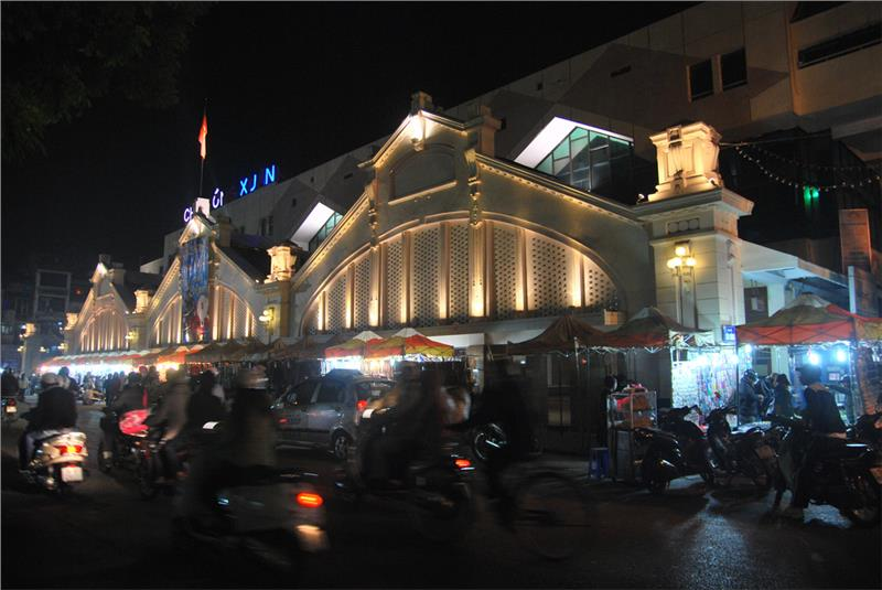 An exciting Hanoi nightlife in old streets