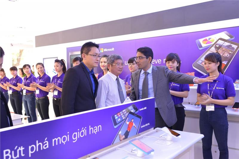 Representatives of FPT and Microsoft