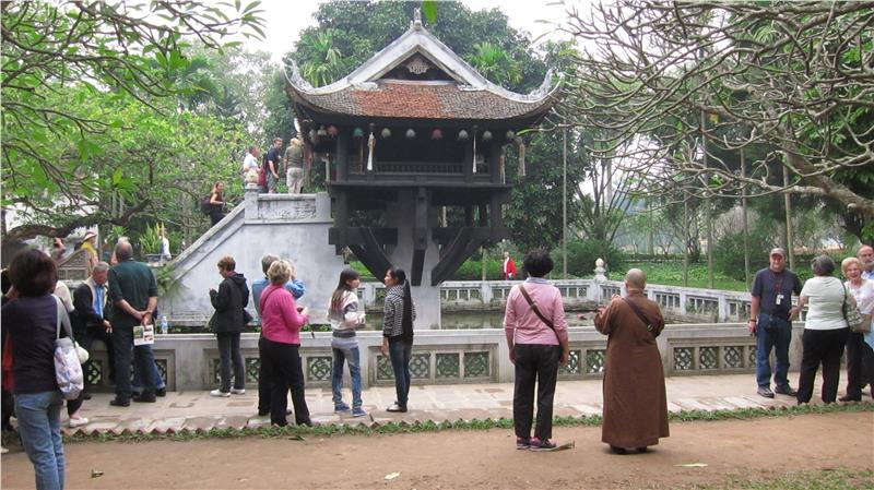 Visitors to One Pillar Pagoda