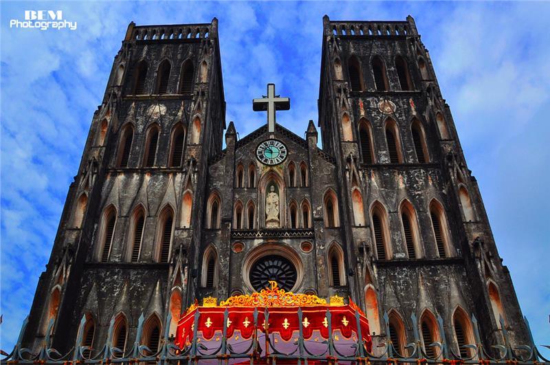 Churches in Vietnam allure tourists