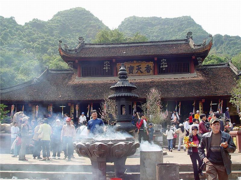 Worshipping in Thien Tru Pagoda