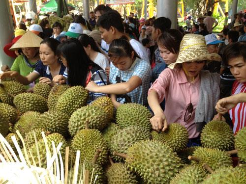 Tourists buy fruits in Southern Fruit Festival
