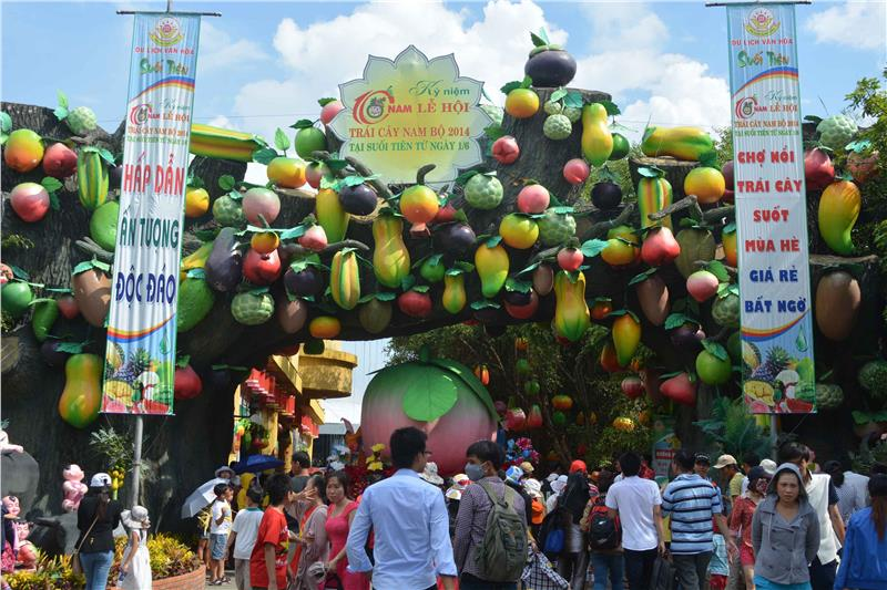 Visitors  to Southern Fruit Festival