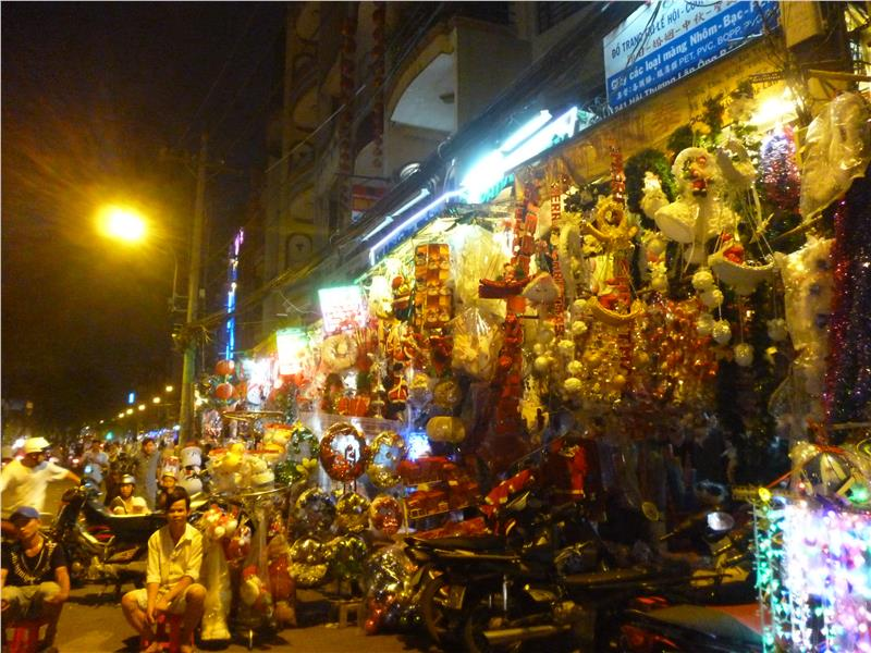 Hai Thuong Lan Ong Street at Christmas