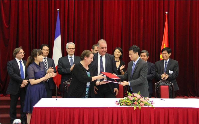Vietnam, France signs deals for PPP projects