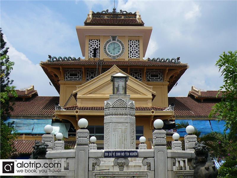 a corner of Binh Tay Market from Street
