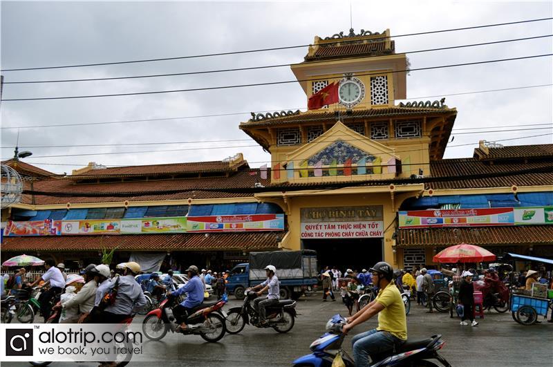 Binh Tay Market panorama from Street