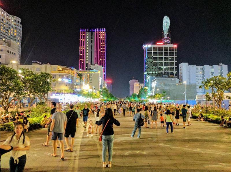 Về đêm, Sài Gòn vẫn luôn sôi động với nhiều điểm đến hấp dẫn