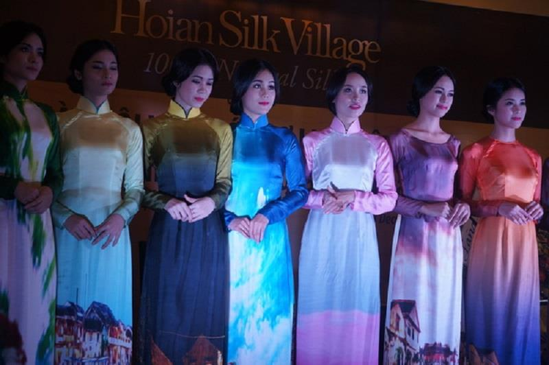 Ao Dai performance in Vietnam ASEAN Silk Day