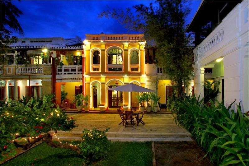 Ha An Hotel - Garden at night