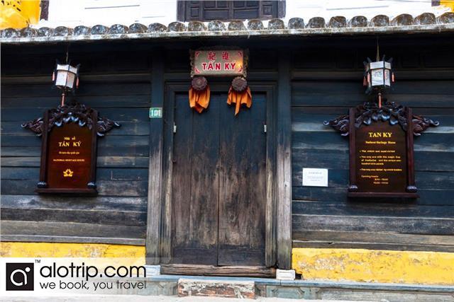 Tan Ky old house door