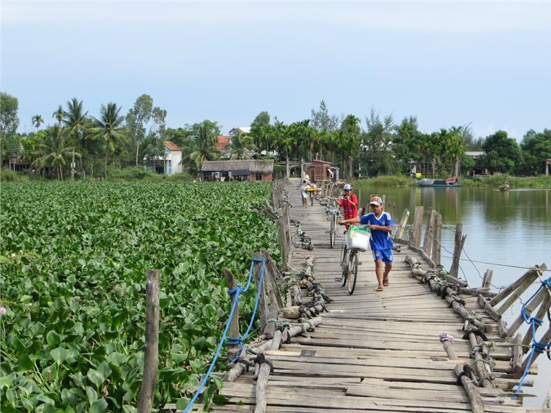 Floating bridge at Tra Nhieu Village