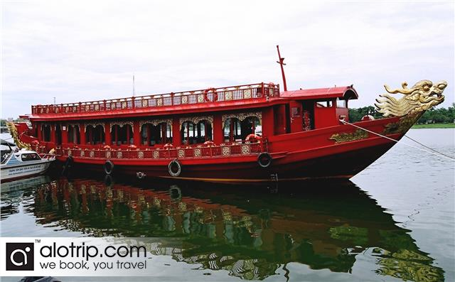 dragon boat on Perfume river tour