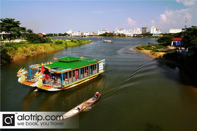 tours on dragon boat on huong river