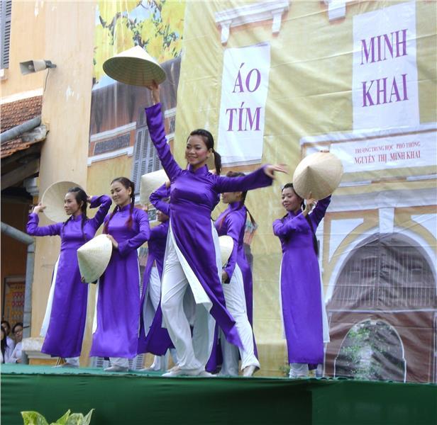 Hue students in Non La and Ao Dai